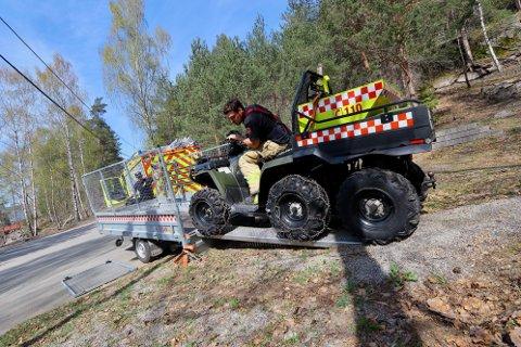 Brannvesenet måtte ta i bruk en terrenggående ATV for å komme seg opp mot stedet der den omkomne kan hentes ut av juvet.