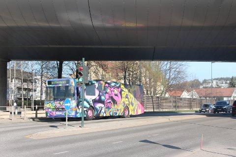 STÅR BOM STILLE: Russebussen har stått under motorveibrua i flere timer.