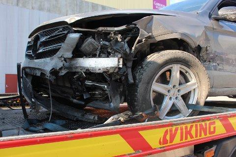 Slik så bilen ut etter at sjåføren kjørte rett i midtrekkverket på E18.