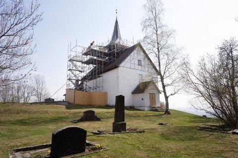 På en høyde i Skoger troner Skoger gamle kirke. Det har den gjort i nær 800 år. Nå pusses den opp og sikres for millioner.
