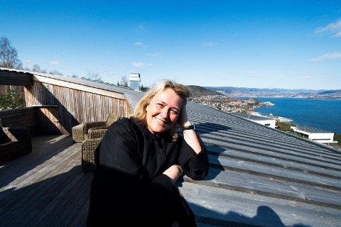 EN HIMMELSK UTSIKT: Marit Solum Smaaskjær viser fram hjemmet sitt i Kniveåsen Terrasse 49 i Drammen, hvor hun og familien lever tett på naturen.