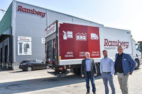 FLYTTER: Transport- og logistikkselskapet B.H. Ramberg flytter fra Holmen i Drammen til Sande, men skal beholde eiendommen. Fra venstre eier og styreleder Bjørn Ramberg, salgssjef Thomas Lindland og administrerende direktør Terje Claussen i B.H. Ramberg AS.