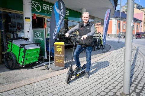 MEST ELSYKKEL: Sykkelbutikken Greenspeed, som nå holder til i den nedlagte bensinstasjonen på Strømsø, skal begynne med utleie av elsparkesykler i Drammen. Her daglig leder Andre Sæther utenfor butikkens gamle lokale, avbildet i en reportasje i fjor.
