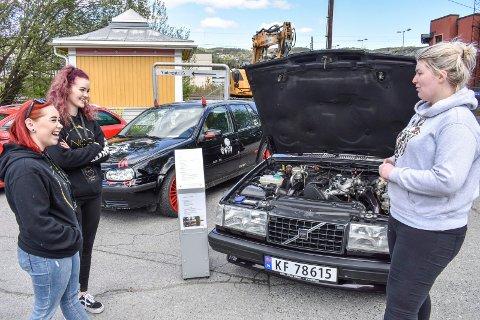 FEM ÅR: Camilla Ottesen (til høyre) kan fortelle Eirin Rønbeck Johansearrangørene n og Karoline Eide at hun har jobbet i fem år med sin Volvo.