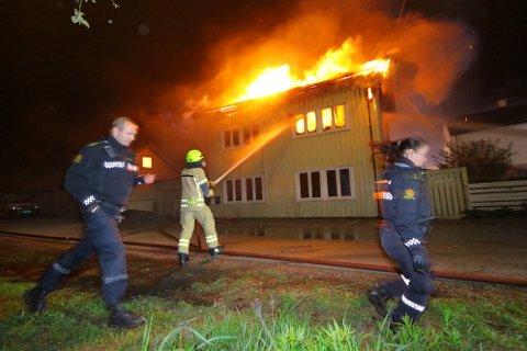 TOTALSKADD: Brannvesenet jobbet iherdig for å slukke brannen på Lierstranda. To personer ble bekreftet omkommet.