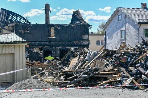 STORBRANN: Ett av husene brant helt ned i brannen i Lier, natt til søndag.
