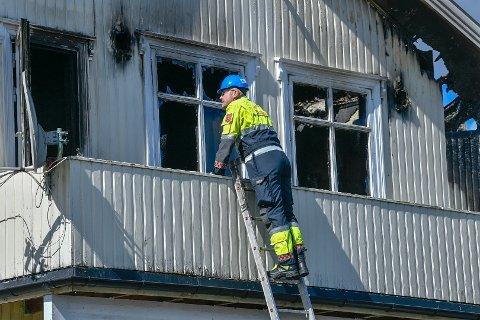 ETTERFORSKES: Brannvesenet og politiet er mandag på plass på åstedet for å etterforske brannen. Senere kommer også Kripos.
