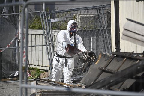 UNDERSØKELSER: Kripos var tilrsdag i gang med undersøkelser etter dødsbrannen på Lierstranda.