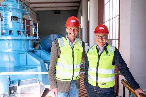 KRAFTSAMARBEID: Administrerende direktør Pål Skjæeggestad og Glitre Energi (til venstre) får 11,5 millioner kroner til oppgradering av turbin av Kiwi og Kiwi-sjef Jan Paul Bjørkøy.