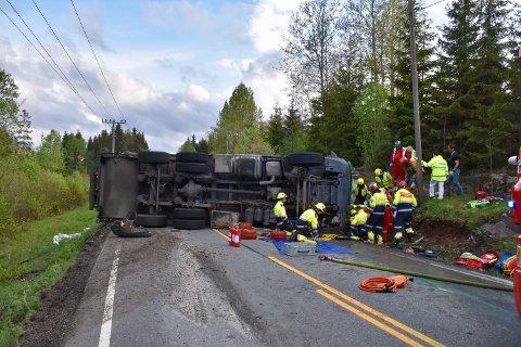 Brannvesenet jobbet iherdig for å få føreren ut av lastebilen.