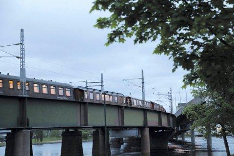 Har rekorden: Den nye jernbanebrua fra 1996 over Strømsøløpet, har dagens rekord på 454 meter. Her er et historisk tog på vei over brua for et par uker siden.