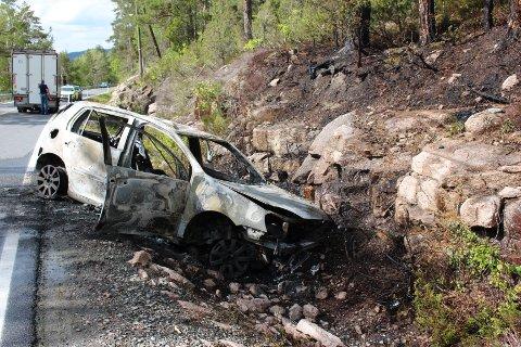 UTBRENT: Bilen var fullstendig utbrent da brannvesenet kom på stedet. De konsentrerte seg derfor om å unngå spredning i første omgang.