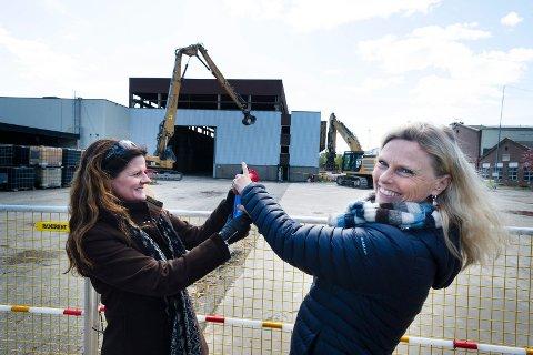HISTORISK DAG: Administrerende direktør Cathrine Lofthus i Helse Sør-Øst (t.v.) og direktør-kollega Lisbeth Sommervoll i Vestre Viken Helseforetak gledet seg stort over å sette i gang gravemaskinen som gikk løs på det gamle ABB-bygget.