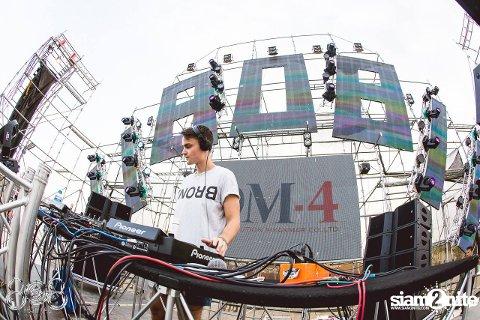 DJ: Karl Kristian Ross (28) fra Lier spilte på stor elektronisk musikkfestival i Singapore i helgen.