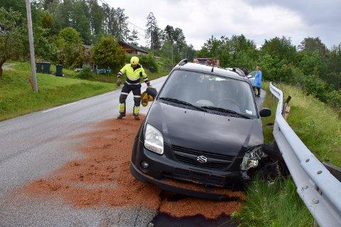 SKADER: Bilen fikk relativt store skader foran på den ene siden.