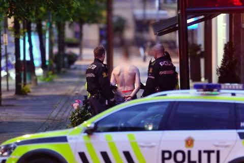 LØP OVER POLITIBIL: En mann i 20-åra fra Vestfold bestemte seg for å løpe over en politibil i natt. Det ble premiert med overnatting i arresten.