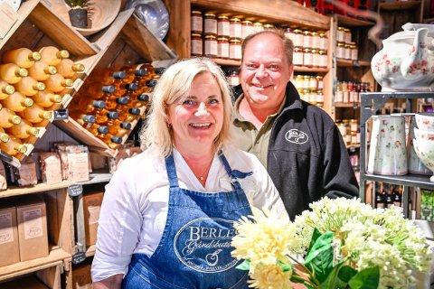 Fruktdyrkere Gro Irene og Jon Berle selger gårdsproduktene i en butikk på gården.