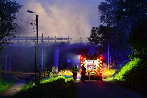 MYE RØYK: E18 måtte stenges en kort periode etter at en lastebil begynte å brenne under den.