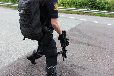Politiet bevæpnet seg i jakten på mannen.
