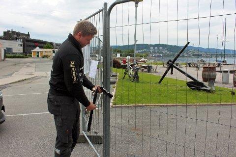 LÅSTE OMRÅDET: Joakim Rosenvinge satte opp gjerder rundt brygga - og festet på hengelås. Nøkkelen til låsen får bare de som leier båtplass.