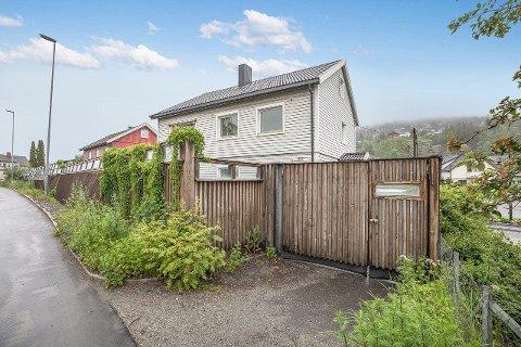 Slik ser forsiden av eiendommen ut. Oppkjørselen vender rett ut i Rosenkrantzgata.