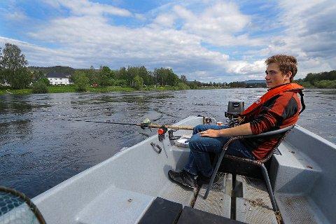 IMPONERT: 18 år gamle Sondre Bonden Berget er imponert over årets gjennomsnittsvekt på laks i Drammenselva. Selv stakk han av med en av årets uslåelige rekorder.