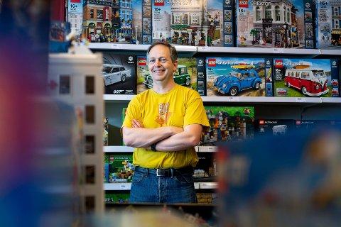 FULGTE DRØMMEN: Helge Viker fra Lier fulgte drømmen om å starte egen butikk, nå selger han legoklossert til hele verden og omsetter for millioner.