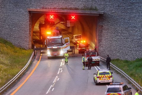 LYST, MEN IKKE LYST NOK: Kleivenetunnelen på E18 i Drammen ble delvis mørklagt etter at en lastebil rev ned lysarmaturet i taket i slutten av mai. Siden har det vært 60-sone på stedet. Lastebilen på bildet har ingenting med selve hendelsen å gjøre.