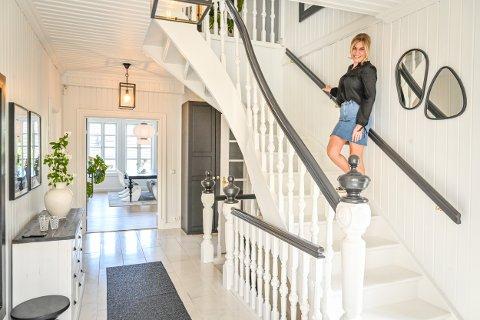 VELKOMMEN: — Jeg er veldig glad i denne trappen, den har vært i huset siden det ble bygget, forteller Merete Anderssen.