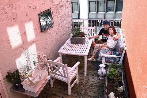 May Britt Nilsen (66) pleier å sitte på terassen i helgene, av og til er sønnen Kim Aron Nilsen (38) med. Ingen av dem er plaget av støy fra utelivet.