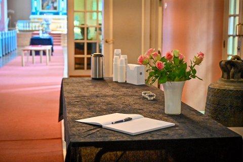 I kirken er det lagt ut kondolanseprotokoll som folk kan skrive i. Foto: Rune Folkedal