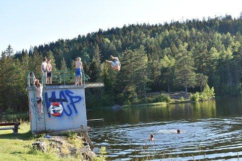 LUFTIG SVEV: Stordammen på Konnerud har det nest varmeste badevannet i Drammen nå. Her fra tidligere i uka.