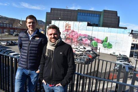 LOVER NY FESTIVAL: Deler av Working Class Hero-festivalen i Drammen i juni ble ganske folketom.  Styreleder Christian Selvig (t.v.) lover likevel at det blir ny festival neste år. Her sammen med promoansvarlig Kyrre Haakaas.