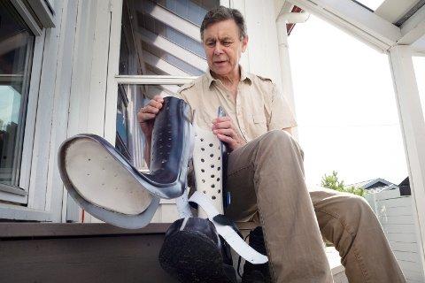 ENKLERE HVERDAG: Etter et halvt år med spesialtilpasset støvel kan Bent Inge Bye nå endelig sette den vekk. Betennelsen i tåa er borte, og nå gleder han seg til å kunne gå med vanlige sko igjen.