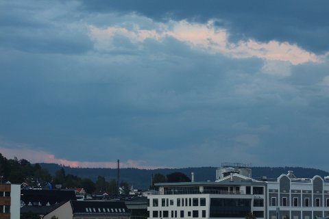 SKYER: Søndag kveld ligger det en del skyer over Drammen. Men foreløpig ser det ut til at vi slipper unna kjøligere temperaturer og regn.