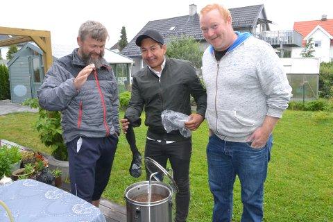 SOKKER I ØLET: Bryggemester Trygve Kollberg (t.v.) staret å brygge øl på sokkene til Thorleif Molvær (midten) tirsdag. Thomas Fahle hadde ideen til ølbryggingen.