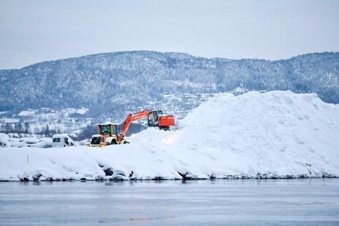 TIL DET SMELTET: Fylkesmannen satte foten ned for dumping av snø fra havna i Drammen. Det resulterte i digre snøhauger som ble liggende til det smeltet.