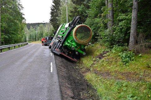 VELTET: En vakuumgravebil veltet på vei til Konnerud, onsdag.