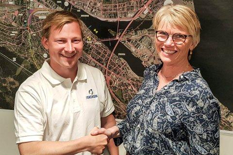 KONTRAKT: Både prosjektleder Svein Olav Bakken Haugen fra Isachsen Anlegg og prosjektsjef i Bane Nor, Hanne Annette Stormo, var fornøyd med å ha avtalen på plass.