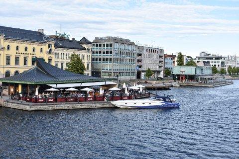 UTELIV:Skutebrygga og Bølgen & Moi (nå Foodgrarage Drammen), en sommerdag i 2019, før koronaen rammet utelivet så hardt.