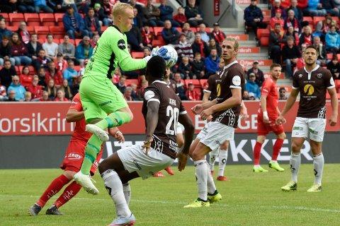 TRYGG:Mjøndalens keeper Julian Faye Lund var besluttsom på de situasjonene han ble satt i da Mjøndalen holdt Brann til 0-0 på bortebane
