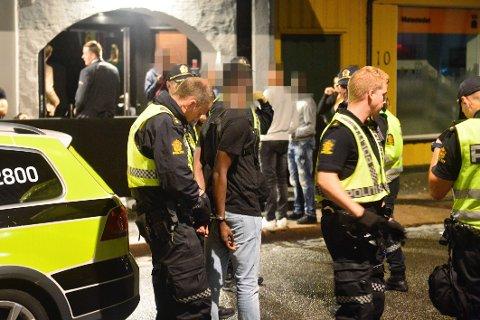 To personer ble innbrakt av politiet etter slåssing inne på utestedet The Box i natt.