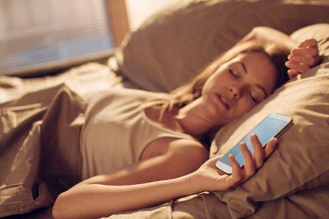 SNOOZE: - Hvis du sliter med søvn, er det anbefalt at du kommer deg ut av sengen med én gang vekkerklokka ringer, anbefaler søvnekspert Lina Elise Hantveit.