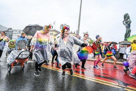 Regnværet preget tidenes første pride i Drammen.