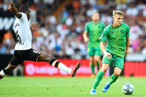 STORSPILTE: Martin Ødegaard fikk fortjent skryt av Jesper Mathisen under kampen mot Valencia, lørdag. Kommentatoren mente det var en nytelse å se drammenseren spille.