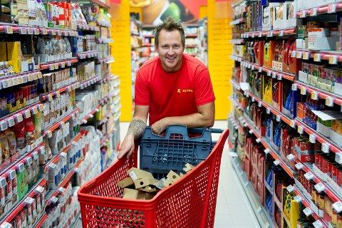 KJØPMANN: Bandy-entusiast Krister Fjeld har travle dager før han åpner Coop Extra-butikken nærmest på hjemmebane. – Det blir kjempegøy, sier han.  Butikken planlegger med en omsetning på godt over 50 millioner i året.