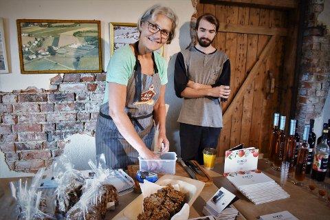 Mette Aune hadde med seg Torstein Blomberg på presentasjonen av «Ren Smak». Blomberg har jobbet hos Aune på Marihøna Gårdsbakeri i to og et halvt år. – Unge mennesker liker kortreist mat, var de enige om.