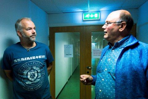 OPPBRAGT: Byggmester Sveinung Riber (til høyre) er oppbragt over hvordan eierne av Vikersund Produksjon og Drift AS har oppført seg. Her sammen med en av kreditorene etterkonkursen, tidligere forhandler Ole Øyvind Tveiten.