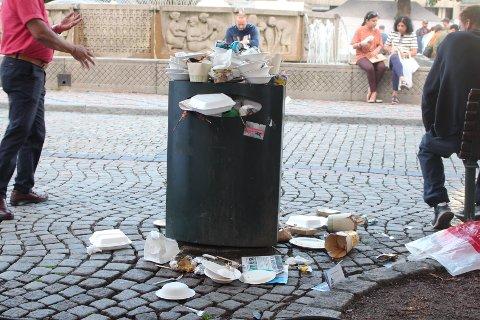 FULLT: Denne søppelkassa på Bragernes var stappfull i 19.30-tida lørdag. Ikke lenge etter møtte Drammens Tidende på de skjulte heltene.