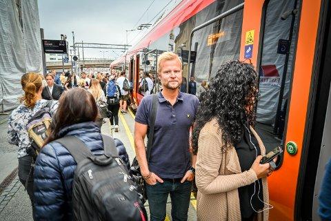 – TIDENES GLADSAK: Øyvind Landmark var glad for at toget i dag kunne ta ham fra Drammen, istedenfor å ta buss for tog.